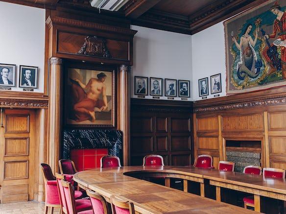 la salle du collège communal de Charleroi